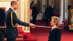 Le chanteur Rod Stewart sacré chevalier par le prince William