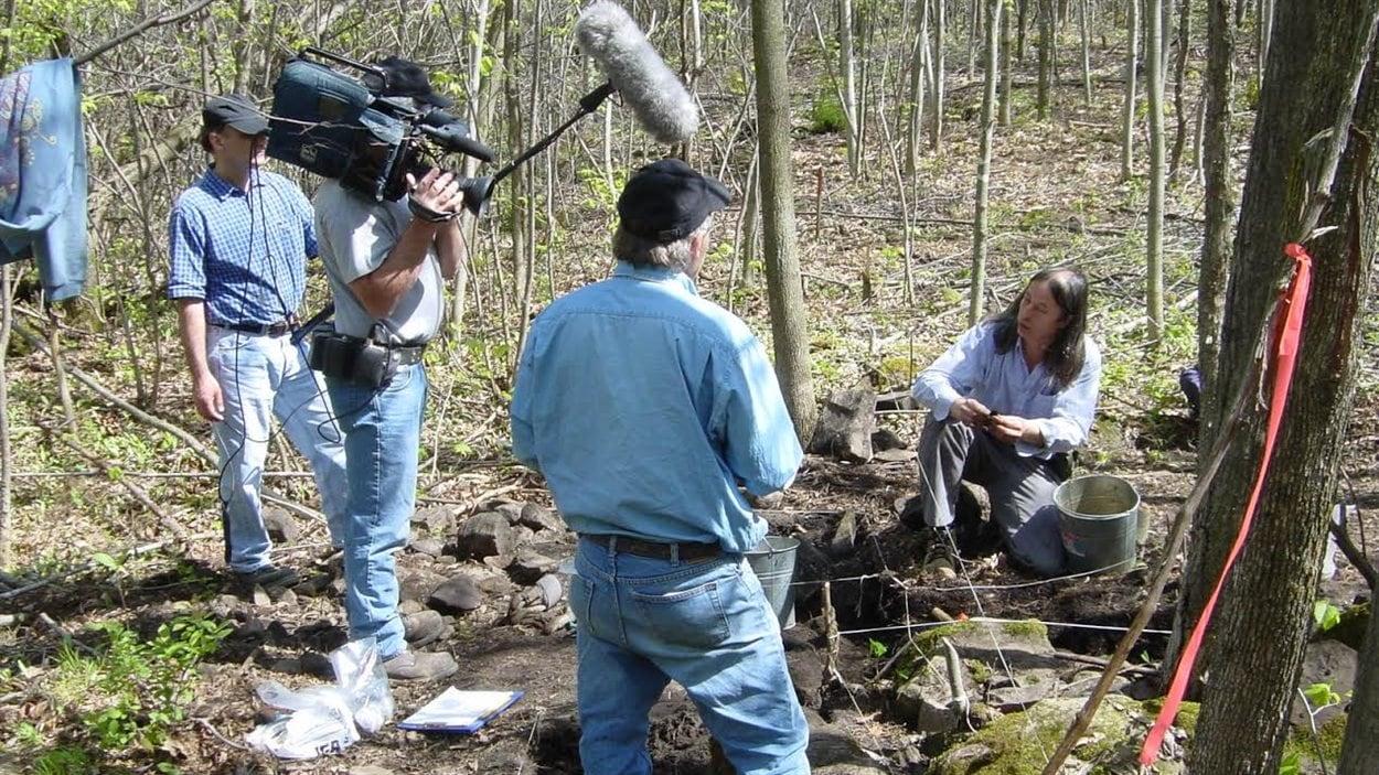 L'archéologue Michel Gagné explique l'histoire de l'Iroquoisie laurentienne à l'équipe de l'émission Découverte.