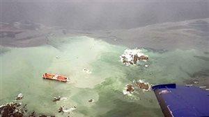 La barge et le remorqueur échoués au large de la Colombie-Britannique, près de Bella Bella.