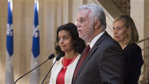 Le premier ministre Philippe Couillard avec la ministre de l'Économie Dominique Anglade et la présidente du comité Monique Leroux.
