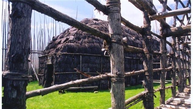 Une maison longue sur le site Droulers-Tsiionhiakwatha, chef-lieu de l'Iroquoisie laurentienne.