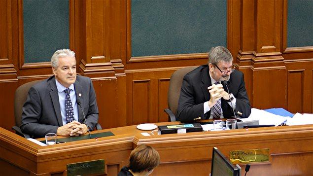 Bernard Sévigny et Serge Paquin, dans la salle du conseil municipal de Sherbrooke