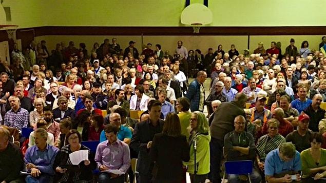 Près de 400 personnes se sont présentées à L'Orignal, pour discuter du projet de cimentrie.