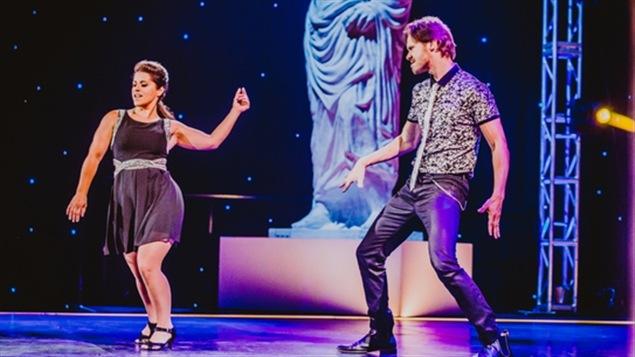 Anaïs Favron et Martin Vachon dansent un cha cha sur la scène des Dieux de la danse.