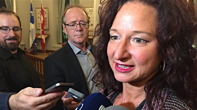 Caroline Gravel, directrice du service des infrastructures urbaines à la Ville de Sherbrooke en point de presse