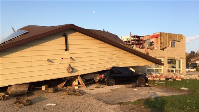 Le toit d'un batiment renversé par une tornade