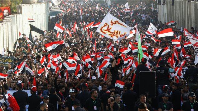 Des milliers de partisans de Moqtada Sadr ont défilé devant l'ambassade turque en Irak mardi.