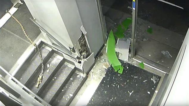 Capture d'écran d'une caméra de surveillance filmant un vol de guichet automatique.