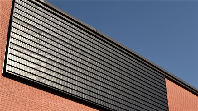 Voici à quoi ressemble le nouveau mur solaire de l'École de l'Odyssée de Valcourt.