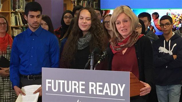 La première ministre albertaine Rachel Notley prend la parole lors d'une conférence de presse pour le lancement d'un sondage sur la réforme des programmes scolaires.