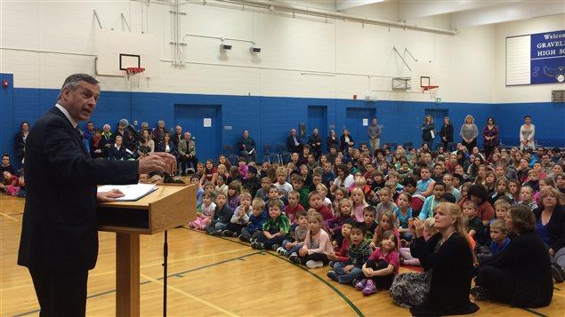 Le ministre de l'Éducation de la Saskatchewan Don Morgan s'adresse à des élèves lors de la réouverture de leur école qui inclut maintenant le primaire et le secondaire à Gravelbourg.