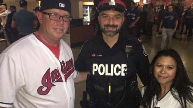 Les partisans des Indians Joe et Gina Kijowski, en compagnie d'un policier amical de Toronto