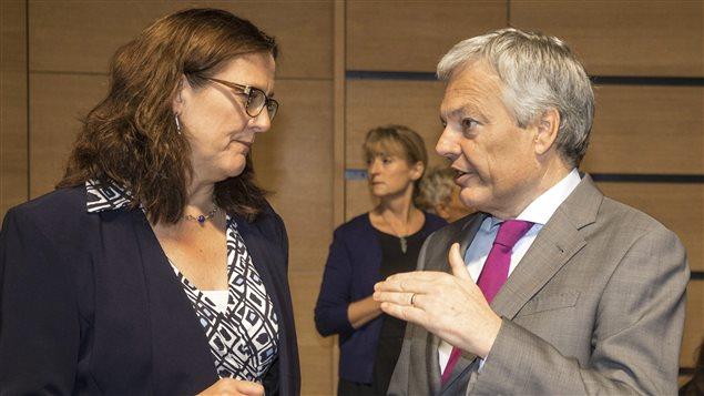La commissaire européenne au Commerce, Cecilia Malmström, et le ministre belge des Affaires étrangères, Didier Reynders, le 18 octobre 2016 au Luxembourg
