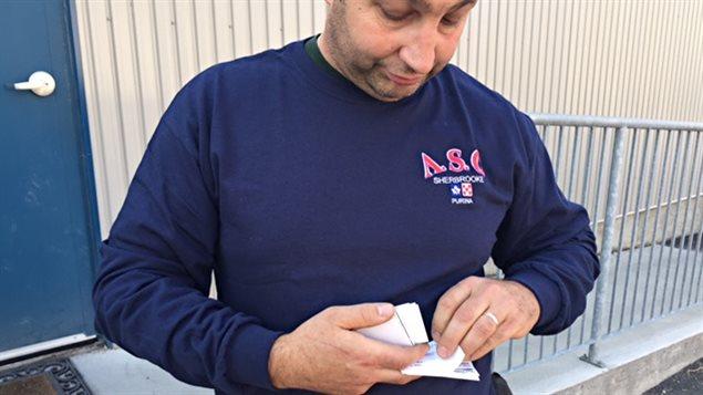 Yannick Paré tient dans ses mains plusieurs cartes de policiers venus constater des dégâts à son commerce