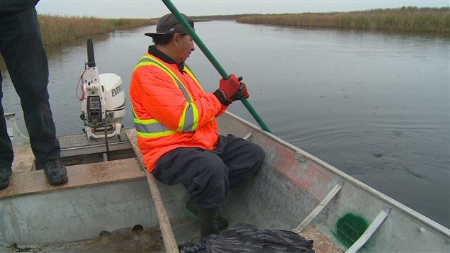 Wilfred Catcheway utilise une caméra sous-marine pour examiner sous l'eau de la rivière à Duck Bay.