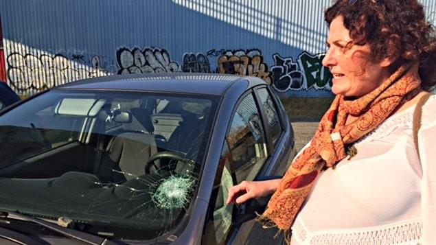 Céline Carbonneau et sa voiture qui a été la cible de vandales