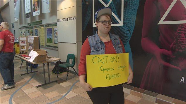 Certains étudiants ont également tenté de dévier le chemin des passants, pour faire en sorte qu'ils évitent le kiosque de Bill Whatcott.