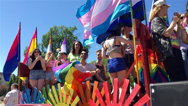 Le 5 juin 2016, un total de 92 groupes et près de 2000 personnes ont participé au défilé de Pride Winnipeg.