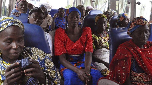 Des membres des familles des étudiantes kidnappées s'apprêtent à rencontrer des membres du gouvernement nigérian qui négocie la libération de 83 autres écolières.