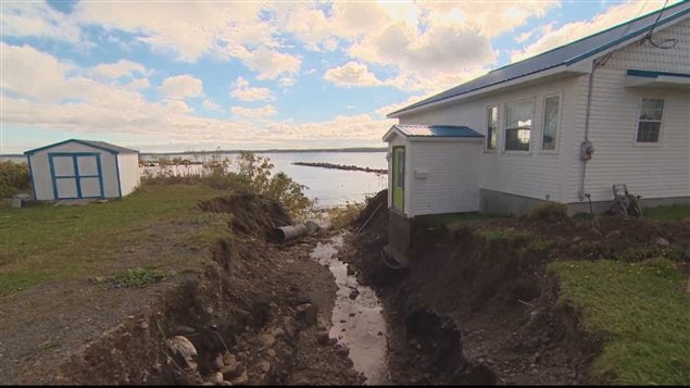 Les pluies ont creusé un canal directement à côté de la maison de James Bates.