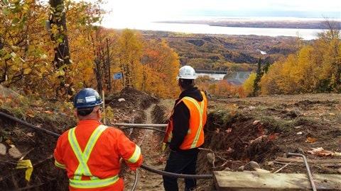 Une tranchée de plus d'un kilomètre a été creusée pour aménager une nouvelle ligne électrique.