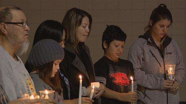 Des membres de la communauté en deuil lors d'un rassemblement à La Ronge