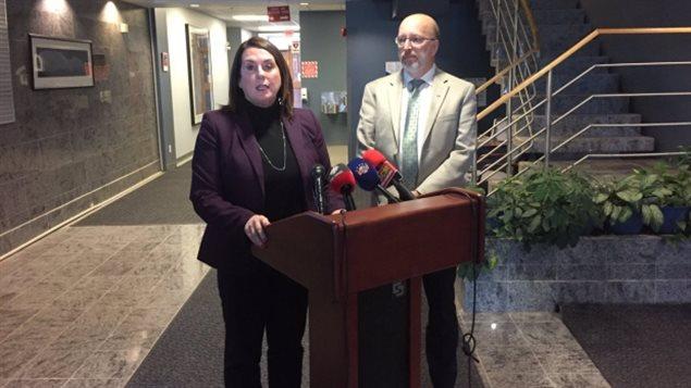 La ministre des Ressources naturelles Siobhan Coady et le ministre de l'Environnement Perry Trimper.