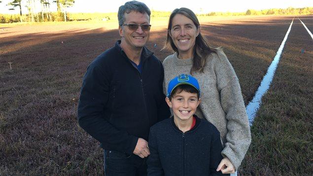 Gilles Martin et Nicole Comeau en compagnie de leur fils Téo.
