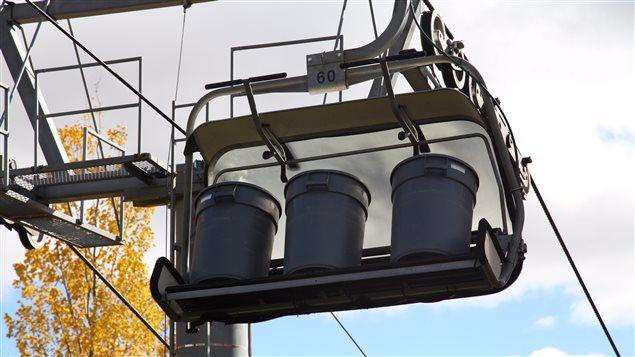 Lors des tests dans les remontées mécaniques, les travailleurs simulent la présence de skieurs avec des barils remplis d'eau.