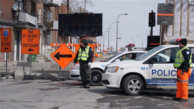 Des policiers gérant la circulation rue Saint-Jacques, en mars 2015. (archives)