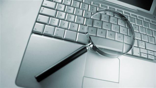 Une loupe sur un clavier