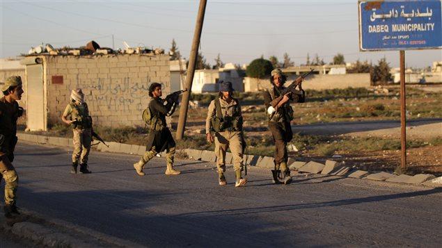 Des combattants rebelles dans la ville de Dabiq, située dans le gouvernorat d'Alep en Syrie.