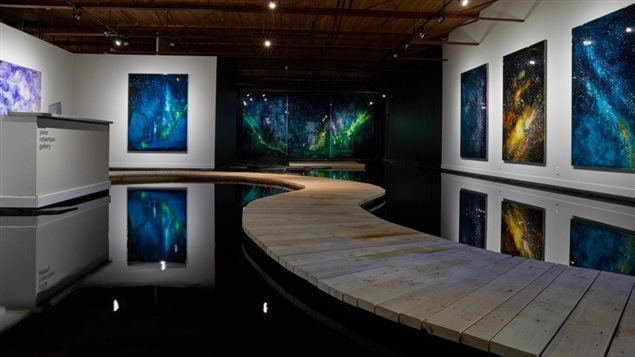 L'exposition And a Dark Wind Blows de Steve Driscoll comporte plus de 11 000 litre d'eau.