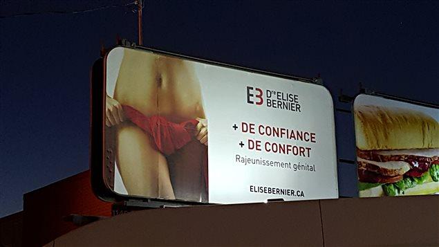 Une publicité de rajeunissement génital de la clinique de la Dre Élise Bernier. On voit le corps d'une femme couvert d'une serviette à la hauteur des organes génitaux