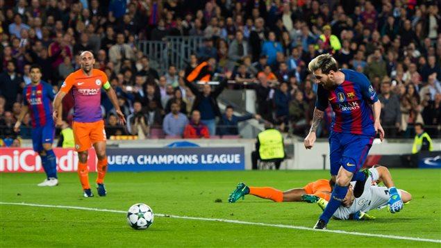 Lionel Messi marque le premier de ses 3 buts contre Manchester City
