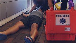 Des pompiers aident une victime de surdose au fentanyl à Vancouver