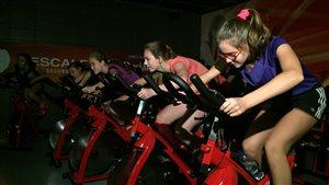 Des élèves sur des vélos à l'école l'Escale.
