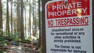 Une des 25 pancartes affichées interdisant l'accès à des sentiers sur le mont Seymour