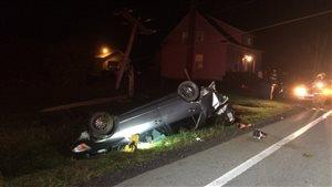Une voiture se retrouve sur le toit après que le conducteur ait perdu le contrôle.