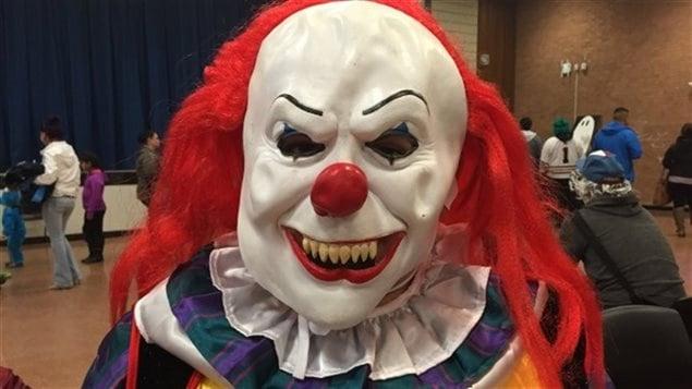 Une personne portant un masque de clown effrayant.