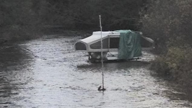 Les policiers sont à la recherche du propriétaire de cette roulotte, retrouvé dans la rivière Chippewa, au nord de Sault-Sainte-Marie.