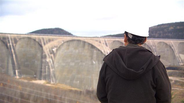 Un employé d'Hydro-Québec devant le barrage Daniel-Johnson