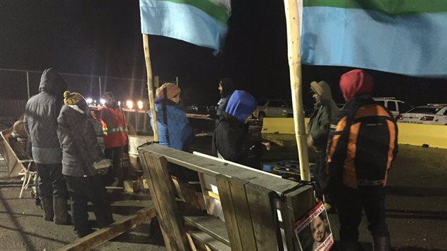 Des manifestants bloquent de nouvea l'entrée au chantier de Muskrat Falls.