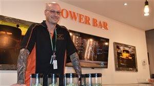 Un «budtender» conseille les clients dans l'achat de marijuana récréative, comme le font les sommeliers pour le vin