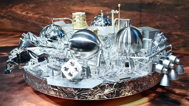 Un modèle de la sonde expérimentale Schiaparelli, tel que celui qui devait atterrir sur Mars, cette semaine, en montre à l'Agence spatiale européenne (ESA)