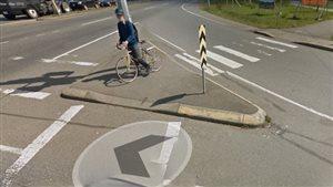 Deux piétons ont été heurtés par un véhicule près de cette intersection à Nanaimo vendredi soir.