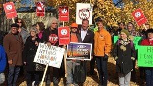 Les députés néo-démocrates France Gélinas et Michael Mantha ont participé à une manifestation contre la privatisation d'Hydro One.