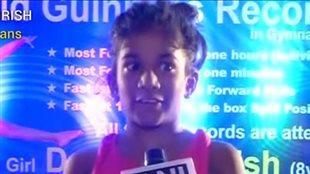 Une fillette établit un nouveau record de roulades dans le sud de l'Inde.