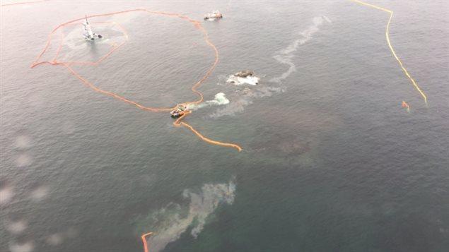 Un barrage flottant de retenue de pétrole semble brisé près de Bella Bella, en Colombie-Britannique.