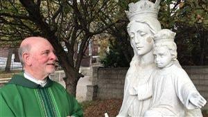 Le père Gérald Lajeunesse a remis la tête sur la statue. Elle sera fixée prochainement.
